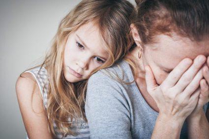 meisje troost verdrietige moeder - effect van scheiden op een kind