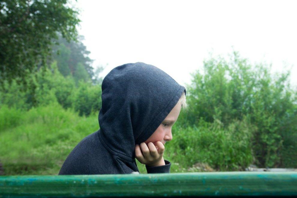 Verdrietige jongen - rouw bij kind 6 tot 12 jaar