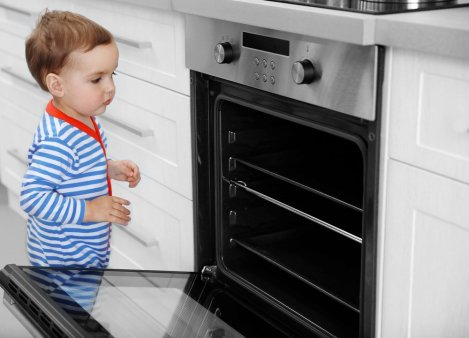 peuterpuberteit peuter luistert niet - aan oven komen