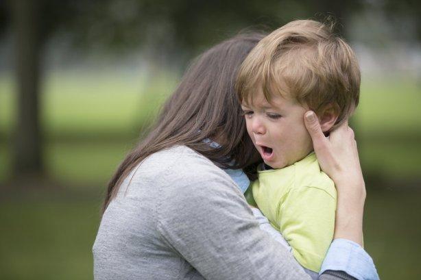 moeder troost jongen met driftbui