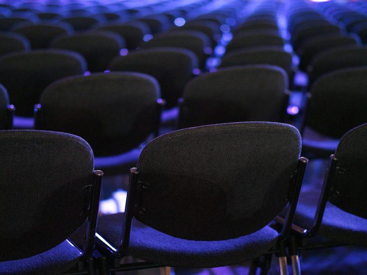 puste krzesła na konferencji