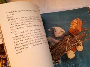 20181217_0859401115169247-300x300 Mysi domek. Sam i Julia w porcie. Absolutnie fantastyczna opowieść z niepowtarzalnym reportażem fotograficznym z mini świata myszek! Media Rodzina 12.2018