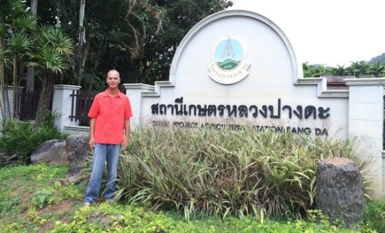 Alan Dronkers vor dem Thai Royal Institute for Agriculture.