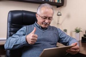 middelaldrende mann som leser på lesebrett