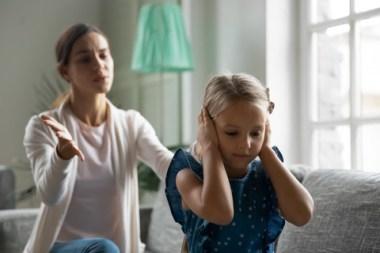 Mor som kjefter på datteren sin