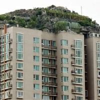 Hombre construye ilegalmente una montaña sobre un edificio de Beijing