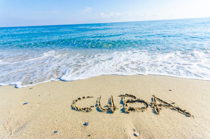 Cuba escrita en la arena de una playa