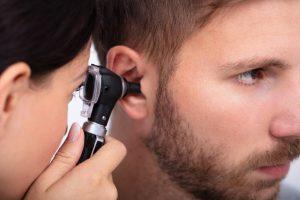 Hombre recibiendo tratamiento de oido