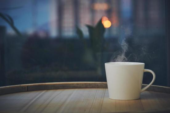 taza de café en la noche