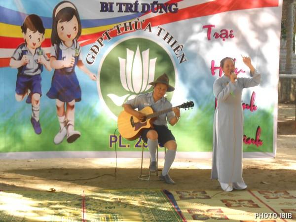 Các anh chị Huynh trưởng cũng tham gia văn nghệ với các em : Anh đàn Chị hát