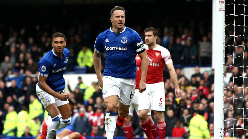 Jagielka scores for Everton to dent Arsenal's hopes
