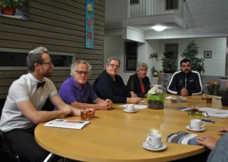 De eerste vier mensen vanaf links zitten in het comité van huurdersvereniging WMM.