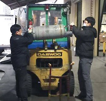 "Korea DC's Ui-ll Kim and Hyo-Kun Chi were ""Caught Working Safely"" when using the two-man lift to change a forklift's gas tank."