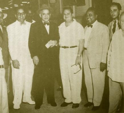 El mayor, con sombrero, en compañía del presidente José Remón y otros