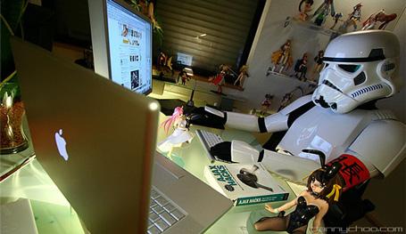 Danny Choo disfrazado de stoomtrooper en su despacho.