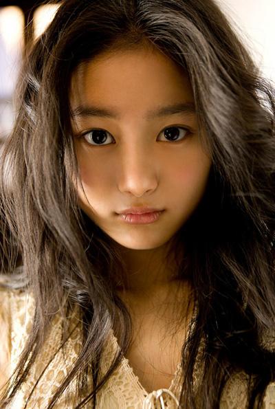 La idol Shiori Kutsuna, algo más seria de lo habitual.