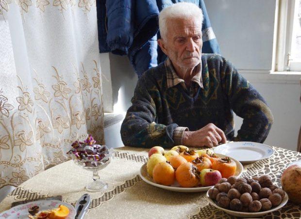 Армянин, который выжил во время азербайджанского погрома а Сумгаите в 1988 году, в своем доме в Арцахе.
