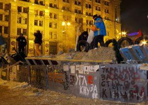 Volunteers at Euromaidan in Kiev restore barricade in Kreshchatik street © Аимаина хикари   Wikimedia Commons