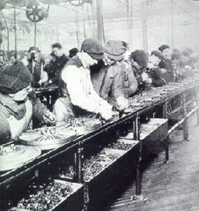 A group of workers of the Ford assembly line © Unknown   Wikimedia Commons