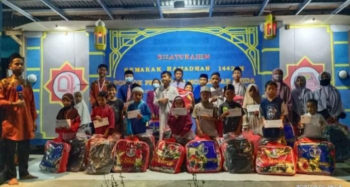 Sejumlah anak yatim binaan pondok pesantren An-Nida menerima santunan dan bingkisan pada, Selasa (5/52021)