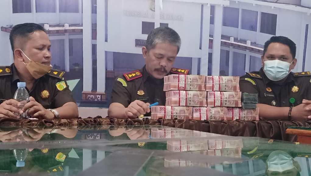 Kepala Kejari Kolaka, Indawan Kuswadi menunjukan dana pengembalian hasil korupsi PNPM Mandiri