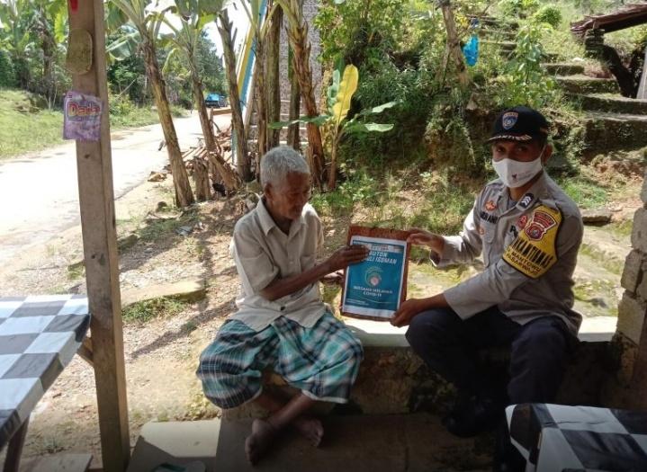 Bhabinkamtibmas Polsek Pasarwajo, Brigpol Harlin Ani membagikan sembako dan obat-obatan buat warga di Kecamatan Pasarwajo yang sedang menjalani isolasi mandiri (Isoman) di rumah akibat terkonfirmasi Covid-19.