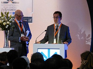Hachette's Arnaud Nourry at the IPA Congress podium with the day's emcee, Jonathan Nowell. Image: Porter Anderson