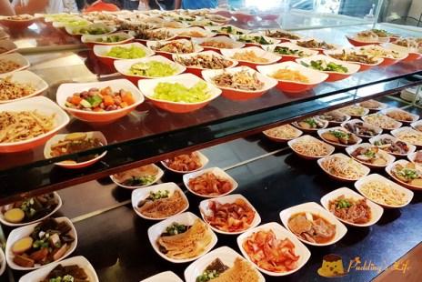 【新竹牛肉麵】人潮多到像辦流水席《老皮牛肉麵》壯觀小菜/免費豆漿豆花吃到飽