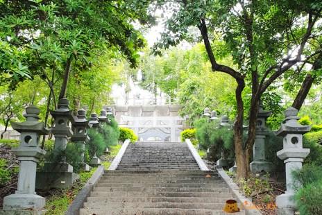 高雄景點》旗山神社│日式鳥居.神社不復見。僅存參道.石燈籠遺跡