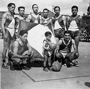 El Sport Peruano con sus inolvidables valores: Félix Baldoceda Yanútulo, Miguel Rosales Llanos, Augusto Caballero Fúnegra, Dagoberto Arroyo y otros. Al lado del niño como mascota del Club, una pelota Camel Nº 6, con la que se jugaba aquellos tiempos.