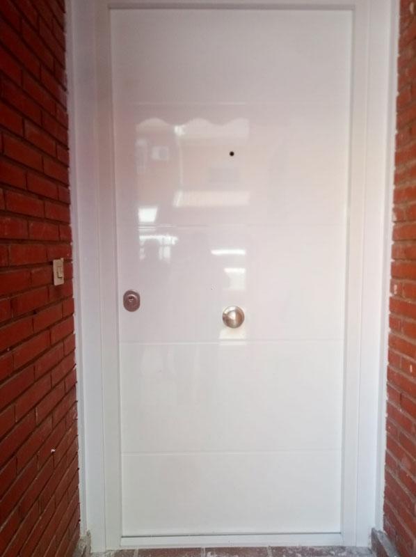 instalacion de puerta acorazada de color blanco
