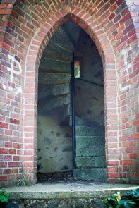 ... wejście jak widać stale otwarte, niebiletowane.