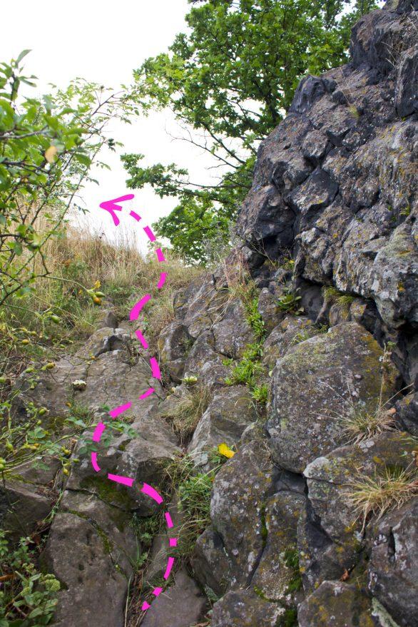 Tak, taki ostatni odcinek trzeba przejść. Niby tylko kilka metrów, ale jeśli kogoś skusiła ta skałka ścieżynką do niej wiodącą i nieopacznie wybrał sie np. w klapeczkach, to może się srogo zdziwić właśnie w tym miejscu.