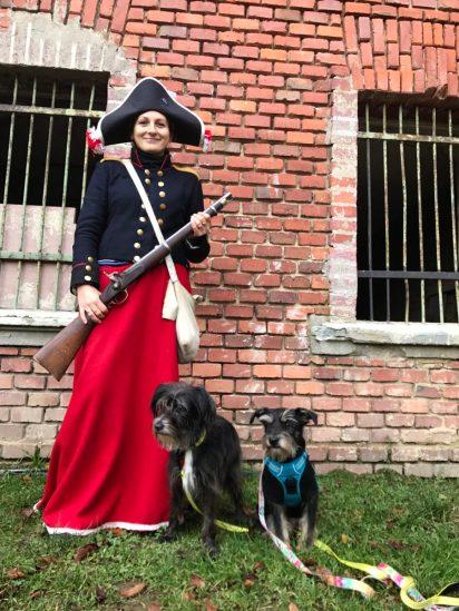 nasza Pani przewodnik w stroju z czasów napoleońskich ale w twierdzy urzędowali żólnierze Proscy, co zostsało dosadnie podkreślone na samym początku ;)