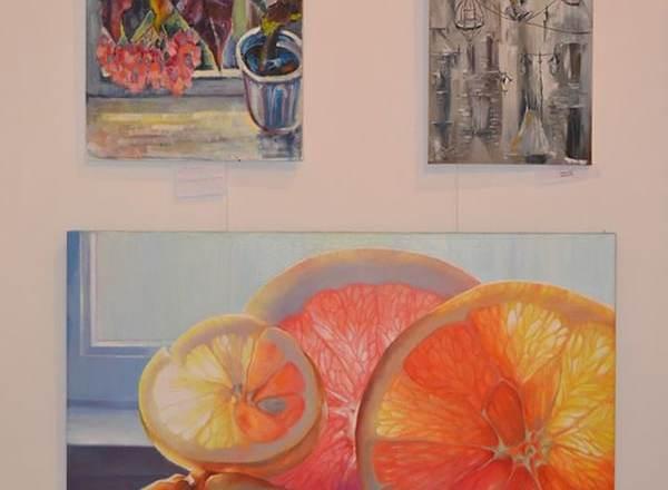 картины на выставке в доме художника_