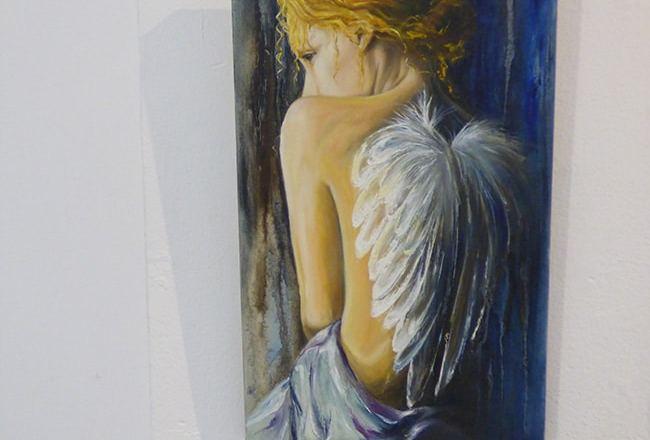 ангел на выставке картин