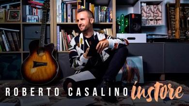 """Photo of [Video Intervista] """"Sono tutte canzoni che fanno parte del mio cuore…"""" –  ROBERTO CASALINO ci racconta il suo album """"Il Fabbricante di Ricordi"""", i migliori successi italiani scritto da lui !"""