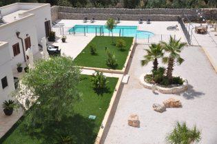Masseria Giulio apartments, swimming pool and garden