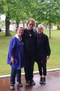Maarit Tyrkkö (vas.) ja Vuokko Hosia vierailivat Puistofilosofiassa tiistaina. Kuva: Risto Hietala