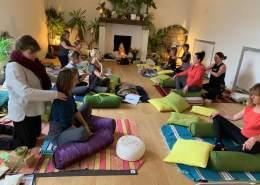 Prácticas de yoga restaurativo por parte de las alumnas de una clase