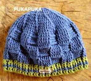 niebieska czapka w plecionkę