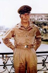 Douglas_MacArthur_smoking_his_corncob_pipe Le général MacArthur à Manille le 2 août 1945