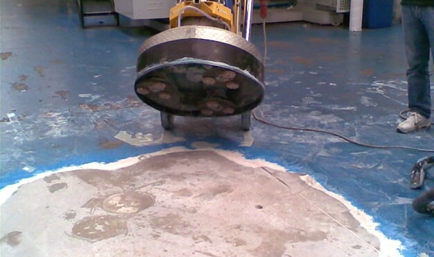 desbastado de piso de concreto y retiro de pintura