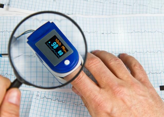 El oxímetro puede medir la saturación de oxígeno y la frecuencia cardiaca