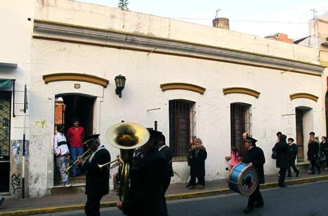 En el casco histórico, la casona es testigo de los desfiles y ferias típicas del mítico barrio de San Telmo