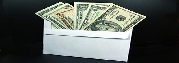 Sombra de ingresos en un sobre. Dólares.