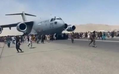 Anarchia na lotnisku w Kabulu, Afgańczycy chwytają się skrzydeł startujących samolotów