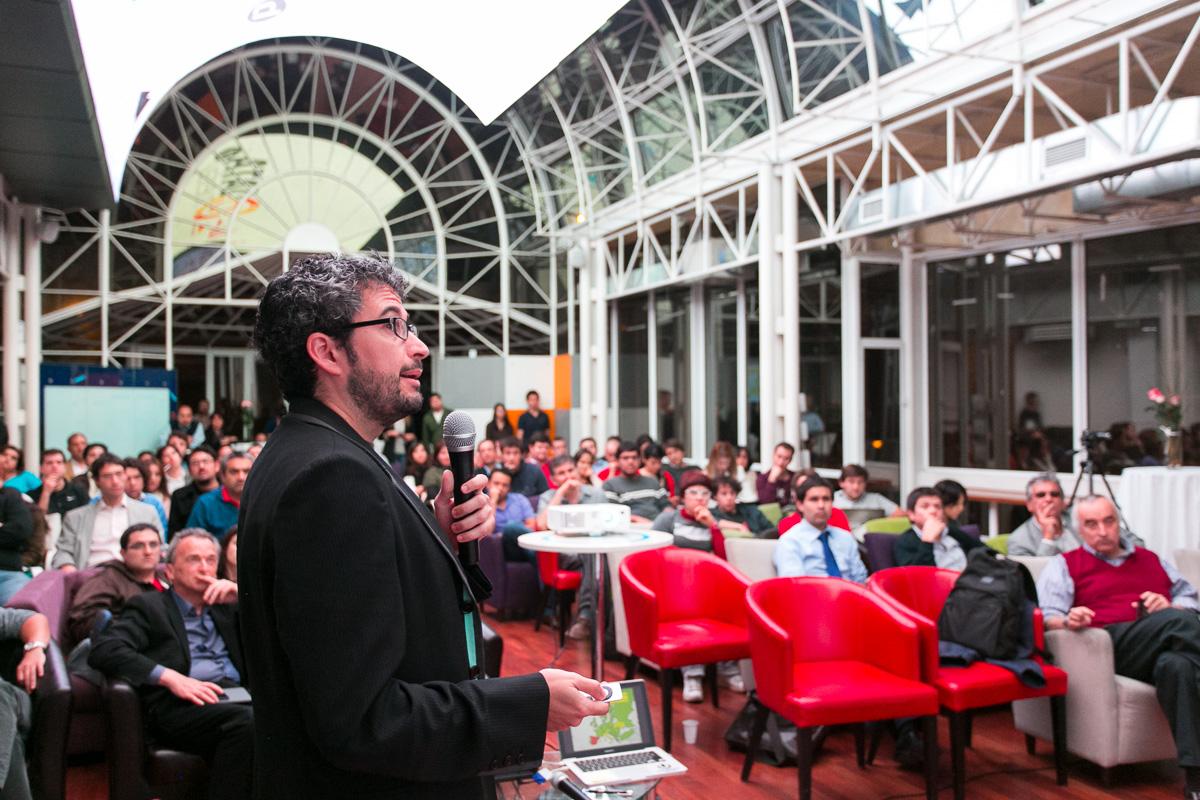 David Cabo presentó el trabajo de la Fundación Civio en Data Tuesday.