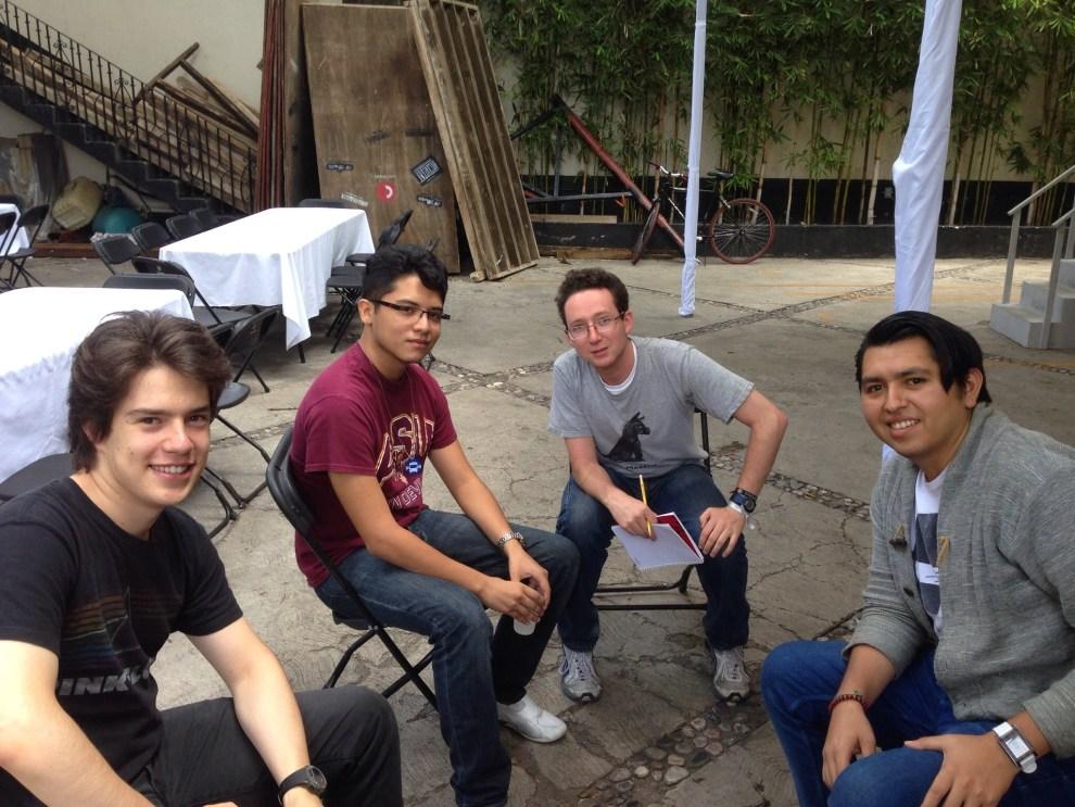 Los tres chicos a la izquierda forman el equipo de CorpoTrack, ganador de AngelHack DF.