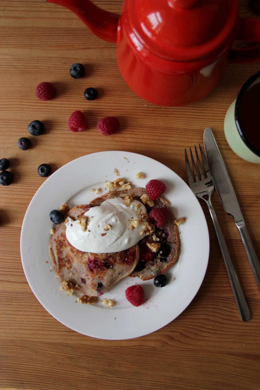 Beeren-Pancakes mit Kokosjoghurt